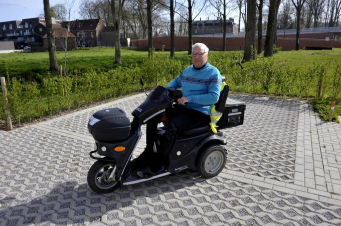 Dirk kreeg zijn vrijheid terug dankzij zijn mindervalidenscooter.©FODI
