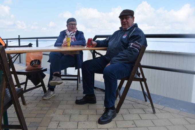 Rita Decloedt en Herwig Van de Velde genieten van hun tafeltje met zicht op zee. (foto LK)