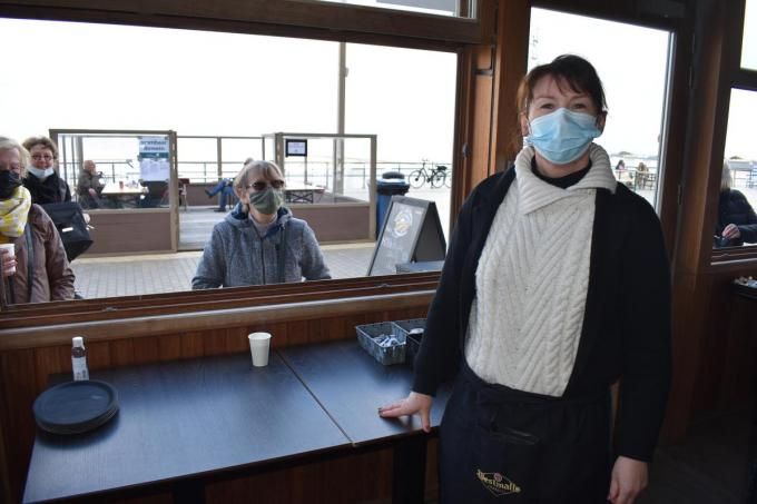 Sandra Van den Bossche bedient haar klanten in de Iceberg. (foto LK)