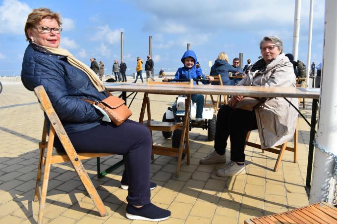 Rita Moens en Marie-Jeanne Decoster genieten met kleinzoon Siebe van de zon. (foto LK)