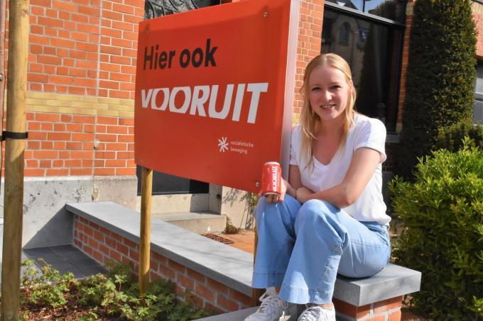 Melissa Depraetere deelde op 1 mei blikjes bier uit in Harelbeke.© LO