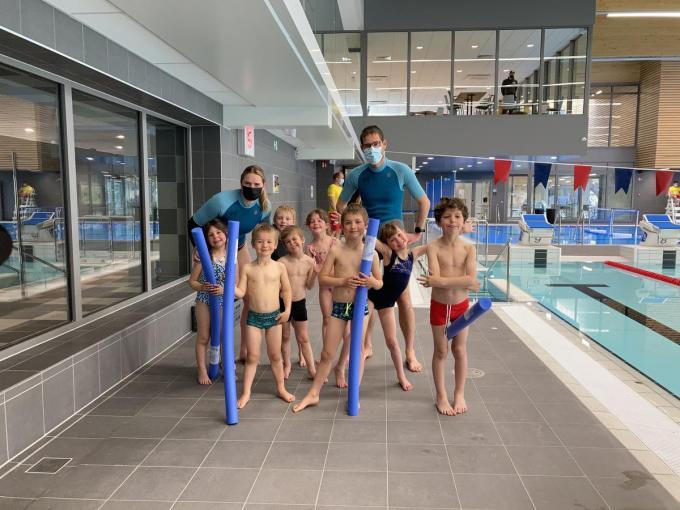 De kinderen van sportclub Movement vzw mocht als een van de eersten het water in.© GLO