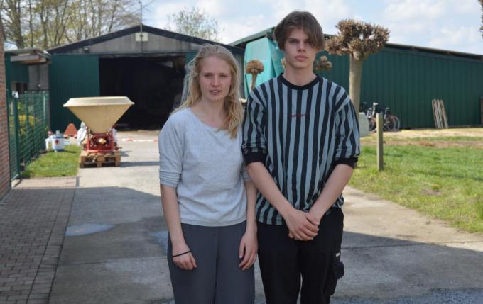 Amber en Cedric Claeys voor de uitgebrande loods.© foto PDV