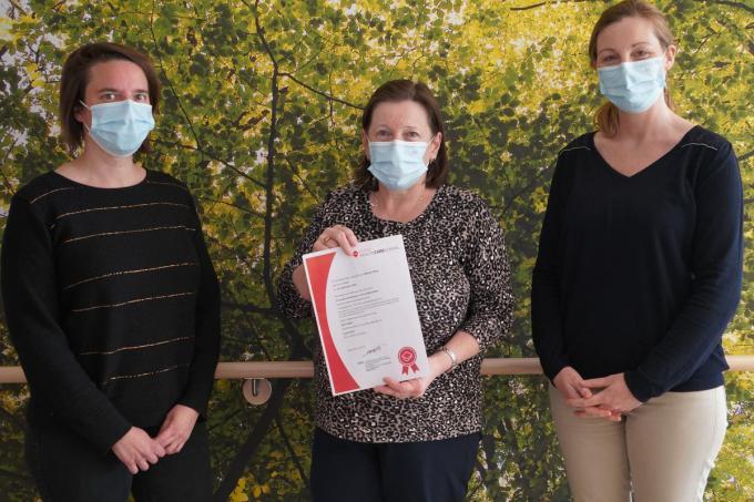 We zien v.l.n.r.: Aleidis Carlier, Marleen Maes en Mieke Van Acker, directeur WZC De Zonnewende.© LB