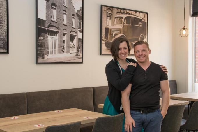 Dieter Hoornaert en Katrien Lepoutre verwelkomen iedereen in hun gloednieuwe frituur. (foto EV)