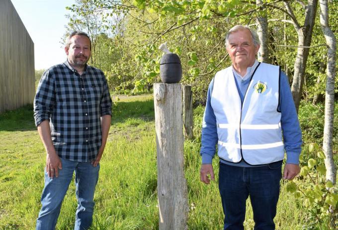 Koen Platevoet (rechts) kreeg de prijs uit handen van Tim Van Rijckeghem, voorzitter van Vooruit Dentergem.©TOM VAN HOUTTE foto TVW