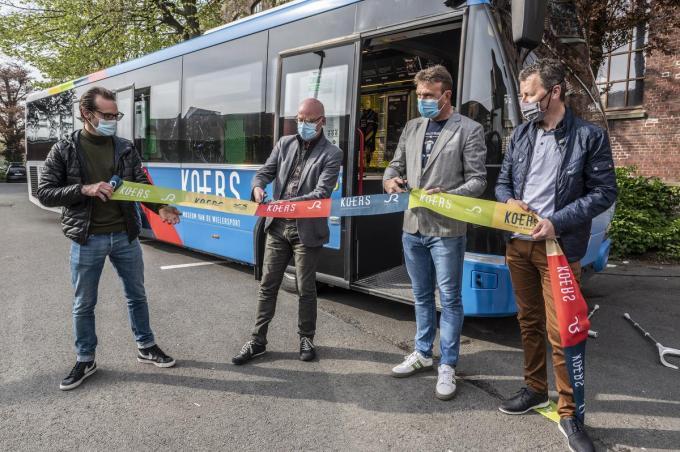 KOERSdirecteur Thomas Ameye (links), schepen José Debel en oud-renners Johan Museeuw en Peter Farazijn knippen het lint door. De KOERSbus kan voortaan uitrijden.©STEFAAN BEEL Stefaan Beel