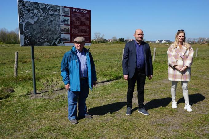 Joseph Stroobant van heemkring Ter Cuere, cultuur- en toerismeschepen Alain Lynneel en cultuurmedewerkster Charlotte Bulcke.© MM