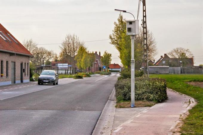 De flitspaal moet vermijden dat bestuurders weer snelheid maken nadat ze de asverschuiving zijn gepasseerd, maar niet iedereen is het eens met de locatie. (foto MV)© MV