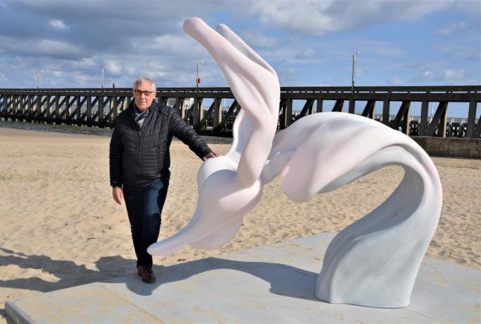 Schepen voor Cultuur Alfons Monte (N-VA) bij het kunstwerk van Marguerite Humeau.© WK