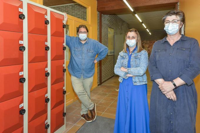 Directeur Björn Leleu met personeelsleden Fay Decock en Pascale Seynaeve aan de EHBO-kastjes in de middelbare school Futura.© LVW