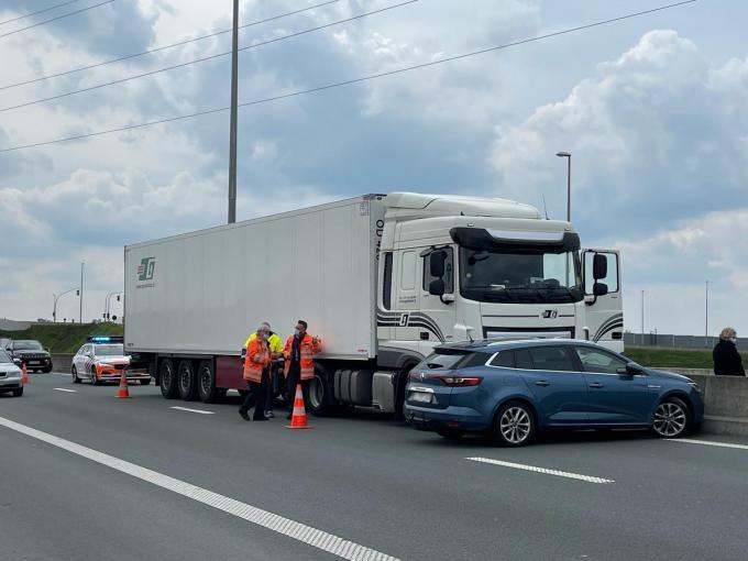 De wagen kwam dwars voor de vrachtwagen op het linker rijvak tot stilstand.© JV