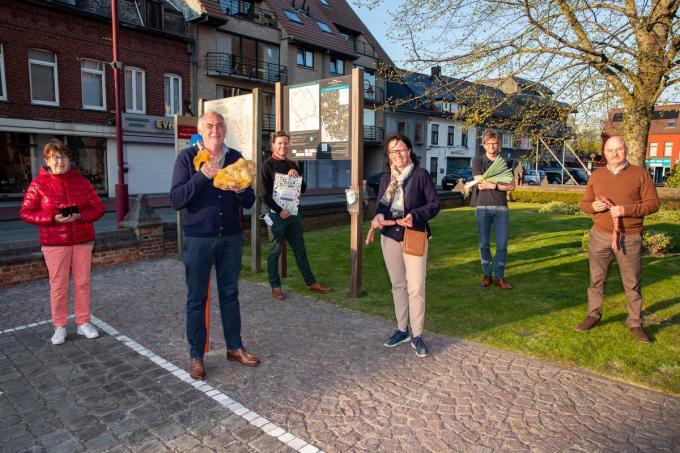 Marina Vanhoucke, Peter Duyck, Sander Vandamme, Els Kindt, Andy Vanparys en Jos Goethals stellen de korte keten fietsroute voor.© Foto Kurt