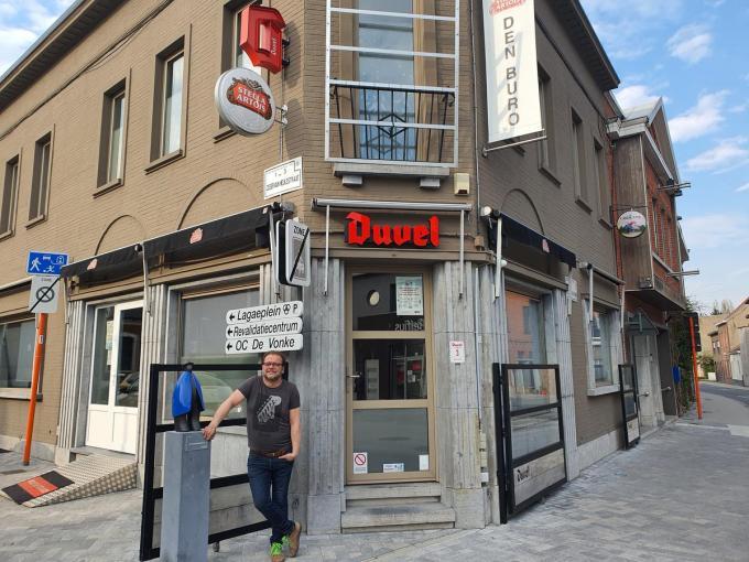 Claude Delatter voor het café Den Buro dat hij samen met zijn vrouw Mia Mandeville uitbaat.© CHH
