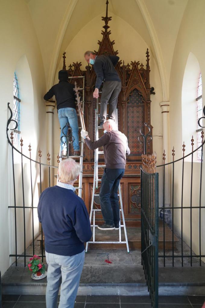 Leden van Mulenbeca helpen bij de ontmanteling van het altaar in de kapel.© Luc