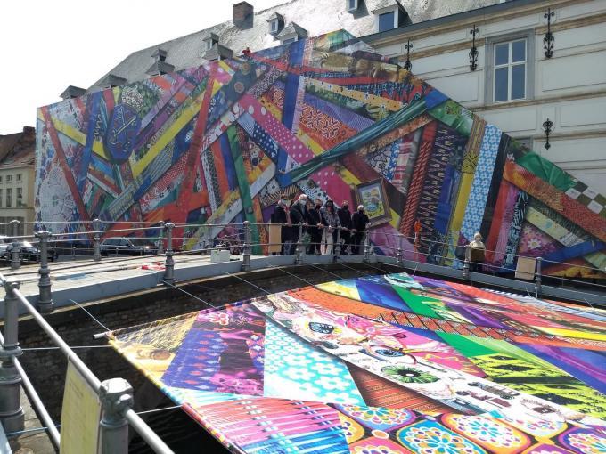 Het monumentale doek van Amanda Browder langs de Verversdijk in Brugge.