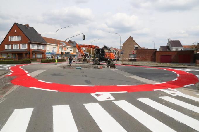 Maandag werd al de signalisatie op het wegdek geschilderd.©Eric Flamand
