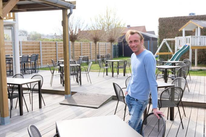 Kevin Bockstaele staat te popelen om op zaterdag 8 mei zijn terras te openen, waar plaats is voor 60 personen. Ook aan de kinderen werd gedacht.© BC
