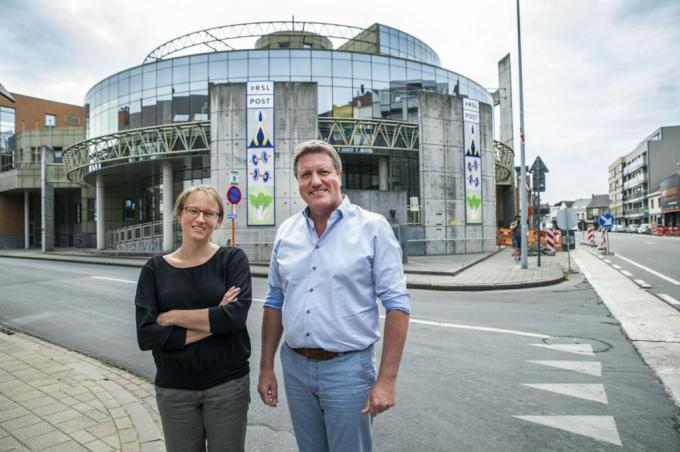 Schepen Bart Wenes en Ellen Coghe voor het gebouw van RSL Op Post. (foto SB)
