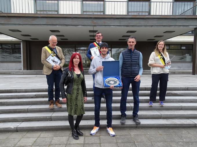 Wereldkampioen Quinten Bossche werd gelauwerd op de trappen voor het stadhuis.© FRO