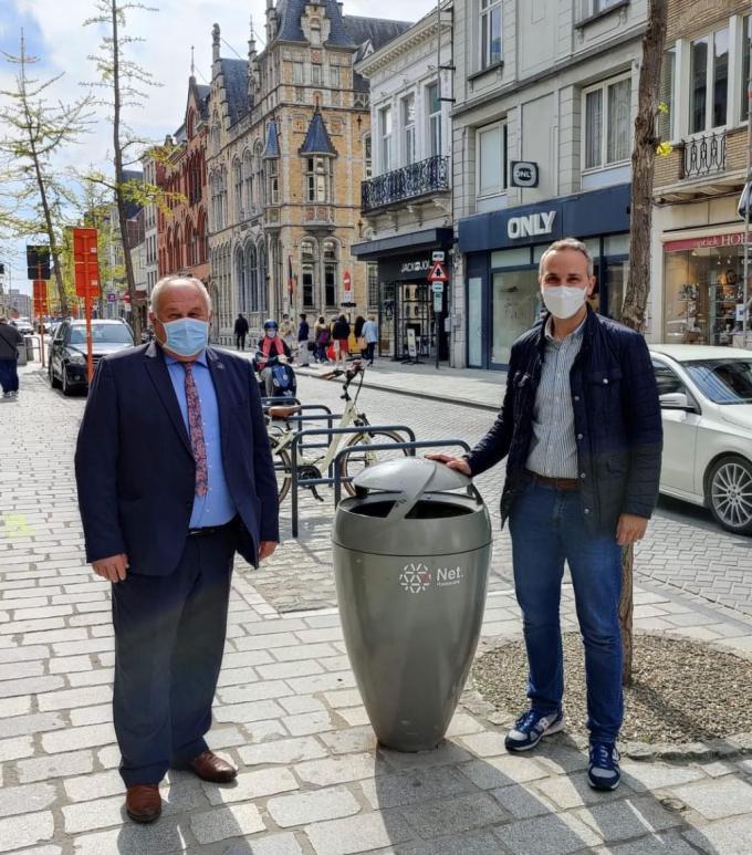 Marc Vanwalleghem en Tom Vandenkendelaere bij een van de nieuwe vuilnisbakken. (gf)