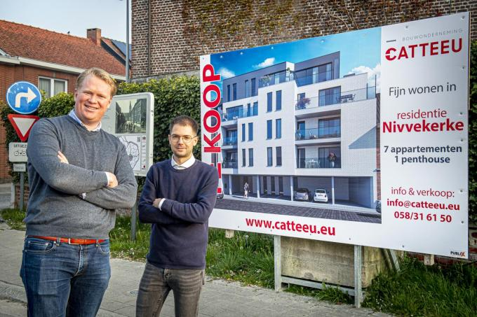 Architect Corneel Schepens en zijn medewerker Thomas Monsy bij het voorbeeld van hoe residentie Nivvekerke er zal uitzien.©JOKE COUVREUR