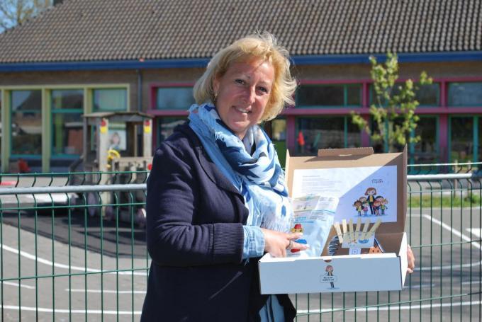 Directeur Petra Bernaert toont trots de belevingsbox van haar school.© PDC