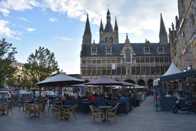 Terrasjes op de Grote Markt van Ieper. (Foto TOGH)