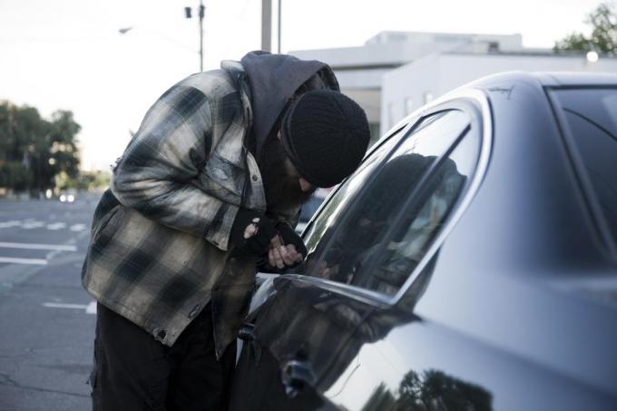 """""""Als mijn cliënt onder invloed is, heeft hij een drang om aan de deurklinken van wagens te voelen of ze wel gesloten zijn. Is dat niet het geval, dan steelt hij ze"""", aldus de advocaat.©RubberBall Productions Getty Images"""