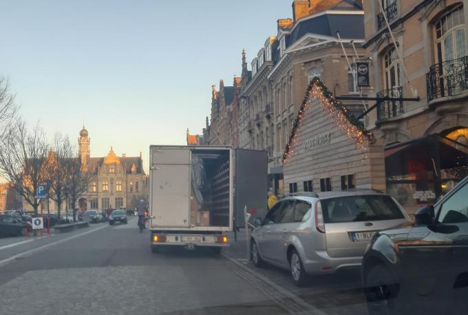 Een leverancier staat stil op de Grote Markt om te laden en te lossen. (Foto TOGH)