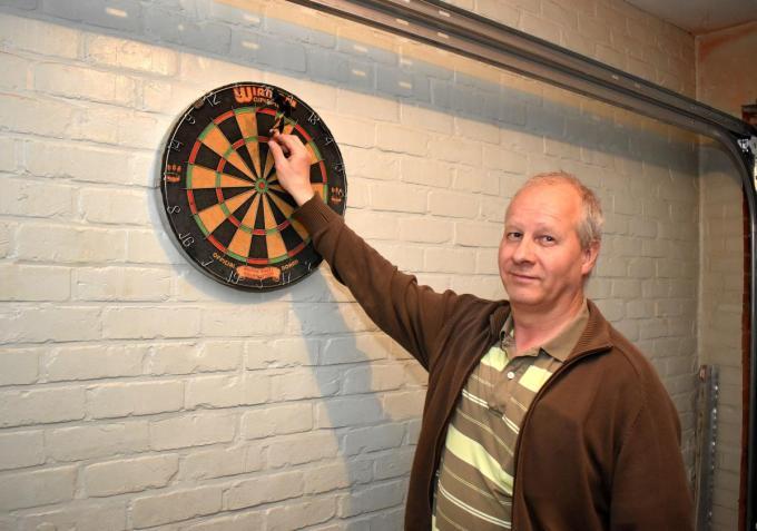 Peter Demey speelt af en toe ook darts in zijn eigen garage. (foto EG)