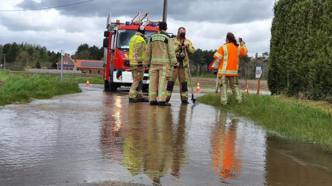 De brandweer van Koekelare werd opgeroepen om het water weg te pompen en er was tijdelijk geen verkeer mogelijk.© JH