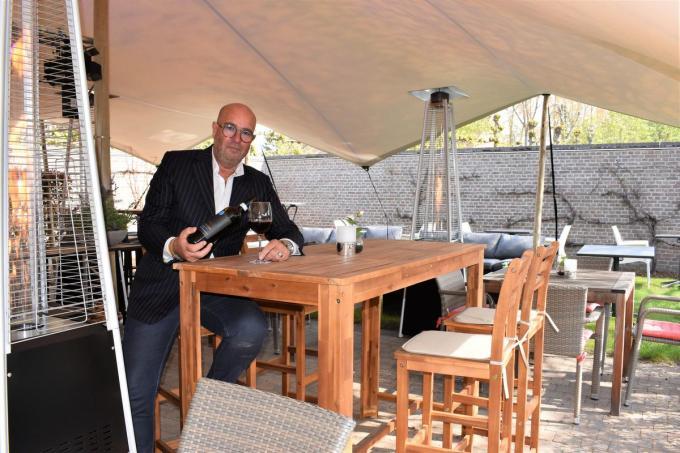Luc Lambrecht hoopt dat hij vanaf komend weekend weer tal van klanten een glas wijn kan inschenken.©TOM VAN HOUTTE foto TVW
