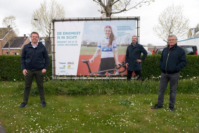 -V.l.n.r. burgemeester Bert Maertens, verantwoordelijke vaccinatiecentrum Iso Anton Jacobus en Diederik Pattyn. (foto Frank)© Frank Meurisse