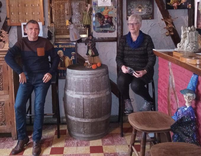 Marc Dewilde en Lut Pelgrims pakken opnieuw uit met kleinschalige tuinterrasconcerten aan volksspelencafé Het Mysterie.© Laurie Bailliu