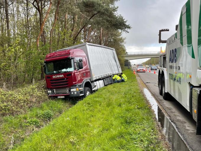 De chauffeur van de vrachtwagen werd onwel en hij kon het gevaarte niet meer op de weg houden.© Jan Van Maele