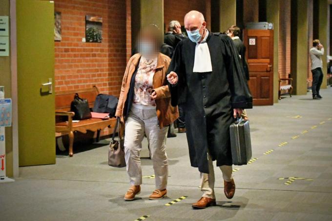 Chantal V., hier met haar advocaat Patrick Daenens, zegt dat haar bedoelingen altijd van pedagogische aard waren.© AFr
