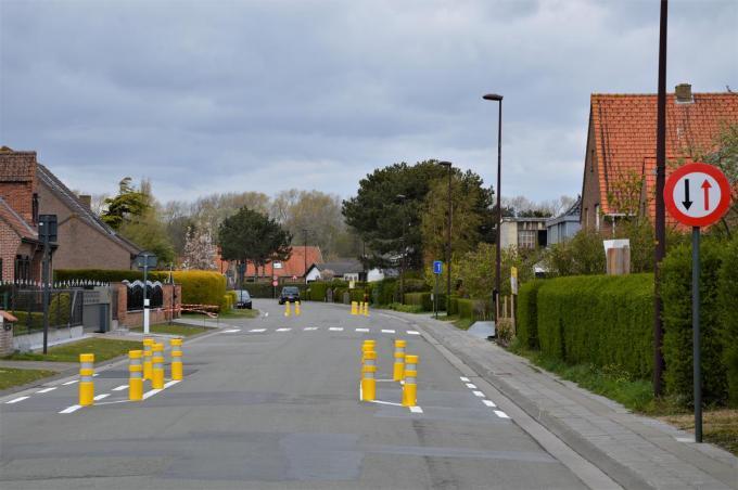 Een proefopstelling in de Duinenweg moet de snelheid van het verkeer daar aan banden leggen.© WK