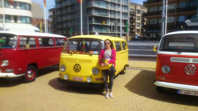 Nathalie Vermarcke bij haar VW-busje, waarmee ze naar binnen- en buitenlandse meetings trok.© gf