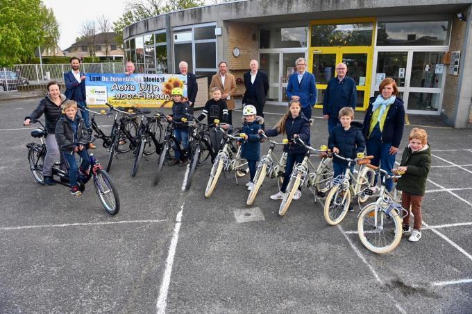 Een tandem (links) en tien nieuwe fietsen zijn dankzij Rotary Izegem voortaan inzetbaar in De Zonnebloem.©Frank Meurisse