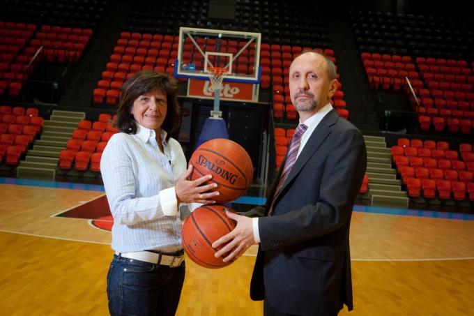Marijke Schaepelinck met Johan Vande Lanotte in de basketzaal die jarenlang haar biotoop was.© KM