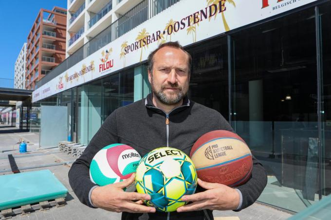 Jurgen Vanpraet voor de nieuwe sportsbar aan de Sea'rena.©Peter MAENHOUDT