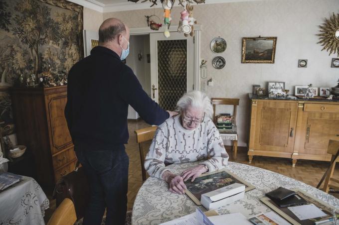 """Dokter Bart Bossuyt op huisbezoek om het coronavaccin toe te dienen: """"Als huisarts maak je een wezenlijk verschil in deze crisis.""""© Olaf Verhaeghe"""