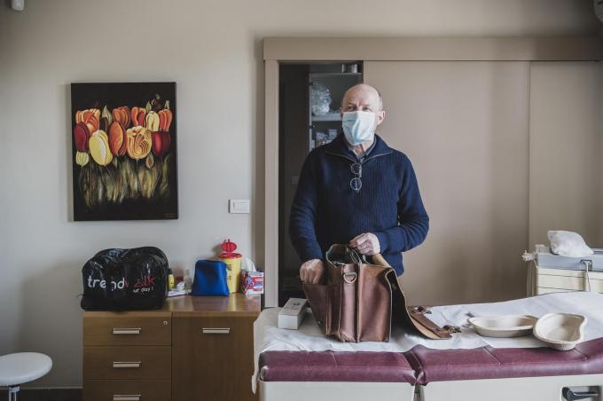 Dokter Bart Bossuyt checkt een laatste keer of hij alles bij heeft voor hij op thuisvaccinatieronde vertrekt.© Olaf Verhaeghe