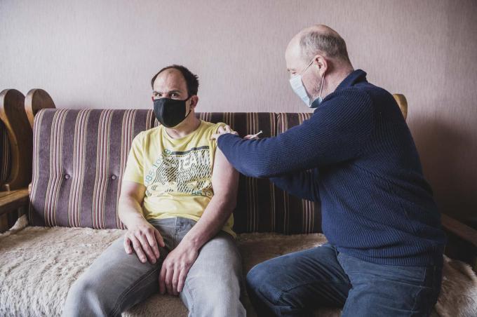 Ook Mathias, een veertiger met een mentale beperking, moet thuis geprikt worden.© Olaf Verhaeghe