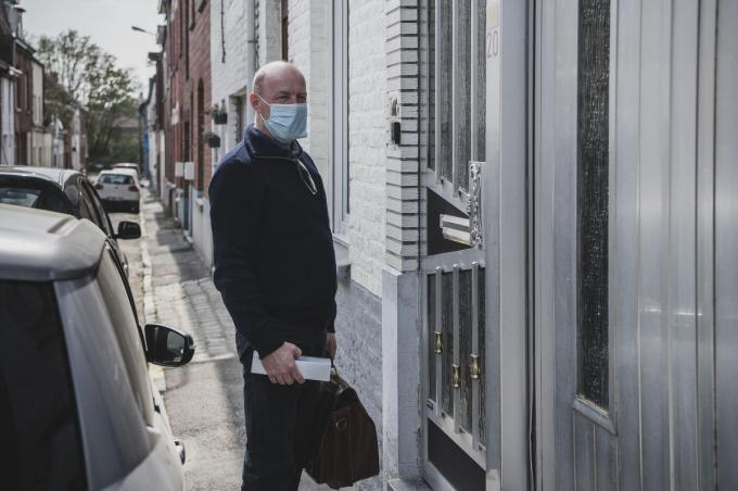 Dokter Bart Bossuyt, huisarts in Aalbeke, op thuisvaccinatieronde.© Olaf Verhaeghe