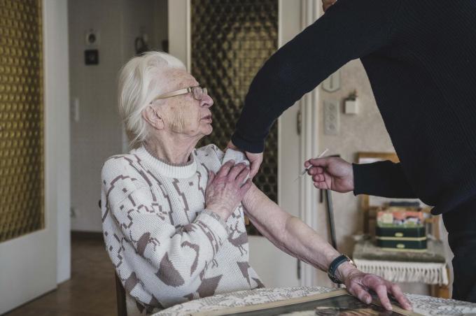 Janine kijkt ietwat bezorgd, maar de vaste hand van dokter Bart kan haar geruststellen.© Olaf Verhaeghe