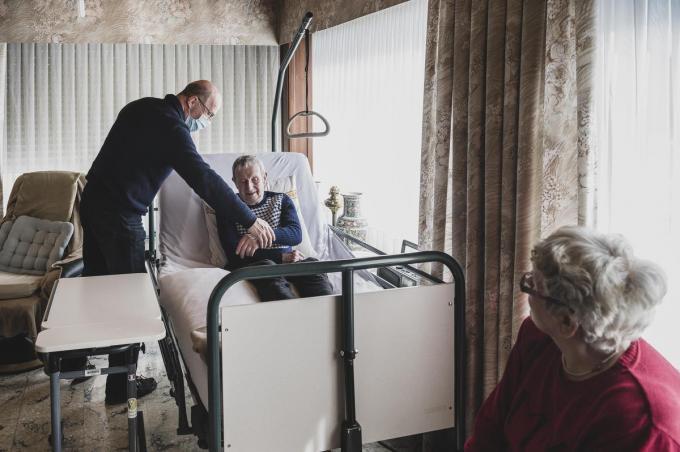 Voor de 82-jarige Lucien is een tripje naar het vaccinatiecentrum geen optie.© Olaf Verhaeghe