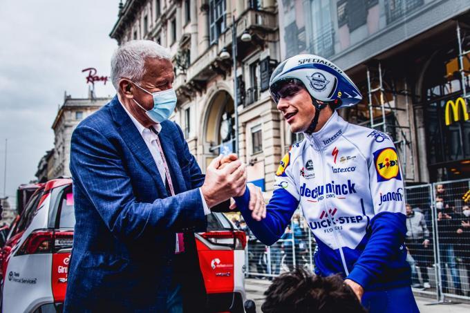 Patrick Lefevere, hier met Giro-kopman João Almeida, gaat de komende weken op zoek naar de 100ste ritzege in een grote ronde.© Wout Beel