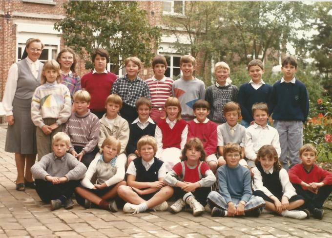 In 1992 ging zuster Gemma met pensioen. Op de foto zien we haar met de laatste leerlingen die ze in Roesbrugge onder haar vleugels nam.© repro LIN